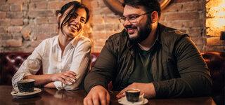 Mann und Frau trinken Kaffee