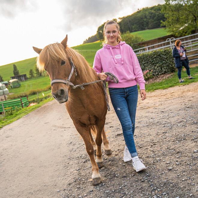 Junge Frau Mädchen mit Pferd