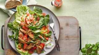 Frühlingssalat mit Erdbeeren und Putenstreifen
