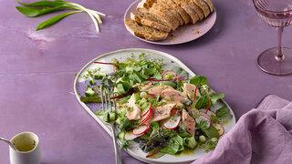 Mai-Salat mit Forelle Filet Kräuter Bärlauch
