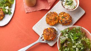 Möhren-Süßkartoffel-Puffer mit Kräuter-Dip und Salat