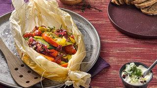 Mediterrane Gemüsepäckchen mit Oliven-Dip Gemüse Paprika Kürbis vegetarisch