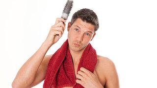 Mann bürstet sich die Haare