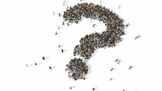Fragezeichen aus einer Menschenmenge