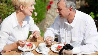 Paar isst draussen Kuchen