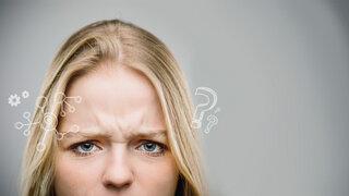Frau runzelt die Stirn