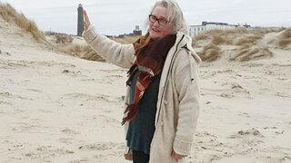Frau in einer Sanddüne