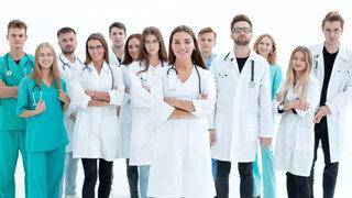 Ärzte Team Stehen Verschiedene Nationalitäten Generationen Beruf Soziales Frauen Männer
