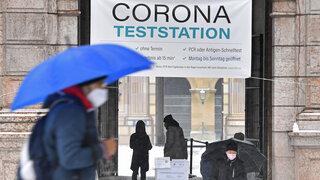 Menschen,Personen vor einer Coronateststation,Teststation,Testzentrum,Coronatestzentrum. Schnelltest,ohne Termin,PCR oder Antigen-Schnelltest.