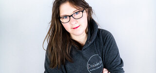 Portrait junge Frau im Kapuzenpullover