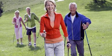 Bewegung im Freien - hier das Nordic Walking - gehört zu den Therapieangeboten der Diabetes-Rehakliniken