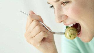 Frau isst Kartoffel