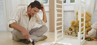 Mann beim montieren eines Möbelstücks