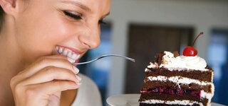 Frau isst Torte