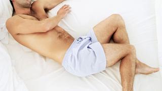 Mann im Bett