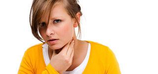 Frau mit Halsschmerzen