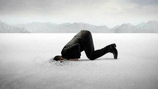 Mann möchte vor Scham im Boden versinken