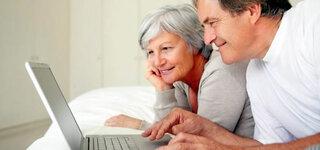 Senioren vor dem Laptop