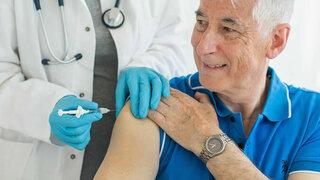Senior bei der Grippeschutzimpfung