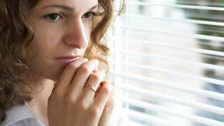 Frau mit sozialer Phobie