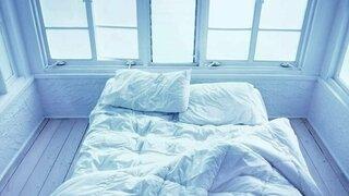 Bett vor dem Fenster