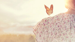 Frau in der Sonne mit Schmetterling