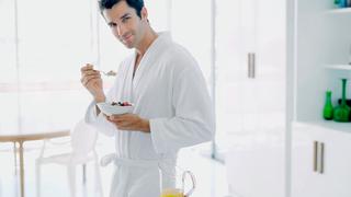 Mann isst Müsli zum Frühstück