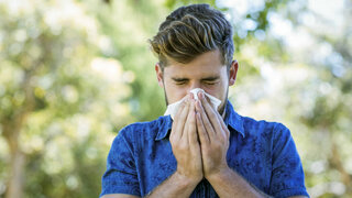 Mann mit Pollenallergie