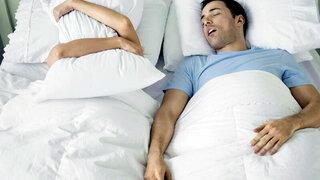 Mann schnarcht und Frau kann nicht schlafen