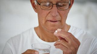 Senior nimmt Tablette