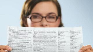 Frau liest Beipackzettel