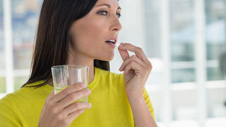 Frau nimmt Tabletten ein