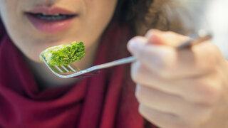 Frau beim Esssen