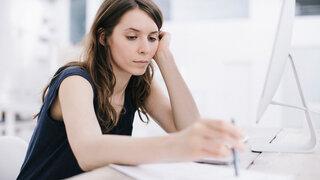 Unkonzentrierte Frau im Büro
