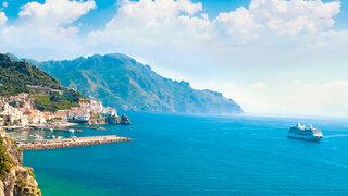 Kreuzfahrtschiff vor der Amalfiküste