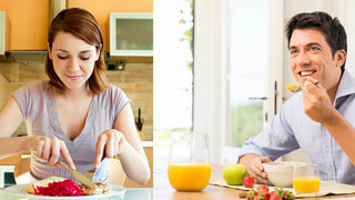 Mann und Frau essen