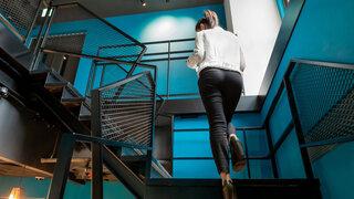 Frau läuft treppen hoch
