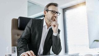 Mann vor Monitor mit Arbeitsplatzbrille