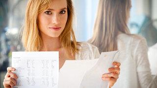 Junge Frau hält Dokumente in der Hand