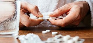 Hände mit Tabletten