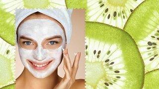 Frau mit Gesichtsmaske vor Hintergrund mit Kiwis