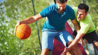 Zwei Männer spielen Basketball