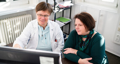 Professorin Susanne Saußele, Universitätsmedizin Mannheim. Hier bespricht sie mit ihrer Patientin Nicole R. deren aktuelle Blutwerte