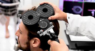 Magnetstimulation: Der über den Kopf gehaltene Magnet bewirkt für den Bruchteil einer Sekunde einen Stromfluss, der Nervenzellen in der äußeren Hirnrinde erregt