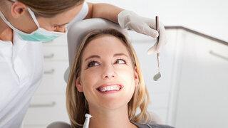 Patientin bei der Zahnbehandlung