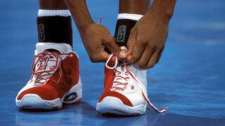 Sportler bindet sich die Schnürsenkel
