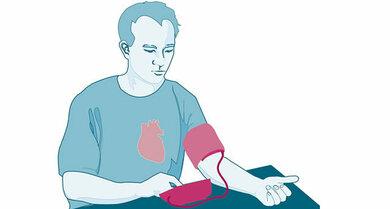 Beim Blutdruckmessen muss die Manschette auf gleicher Höhe mit dem Herz sein.