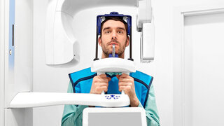 Mann bei einer Röntgenaufnahme