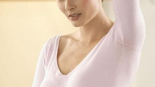 Frau untersucht ihre Brust