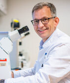 Professor Knut Schäkel leitet das interdisziplinäre Zentrum für chronisch entzündliche Erkrankungen am Universitätsklinikum Heidelberg